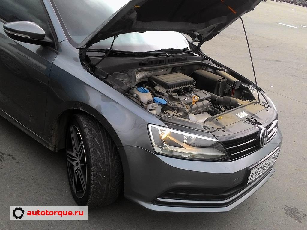 Volkswagen-Jetta-6-с-открытым-капотом