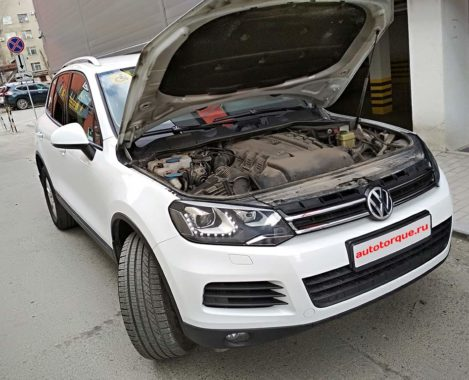 Volkswagen-Touareg-2-с-открытым-капотом