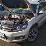 Volkswagen-Tiguan-с-открытым-капотом