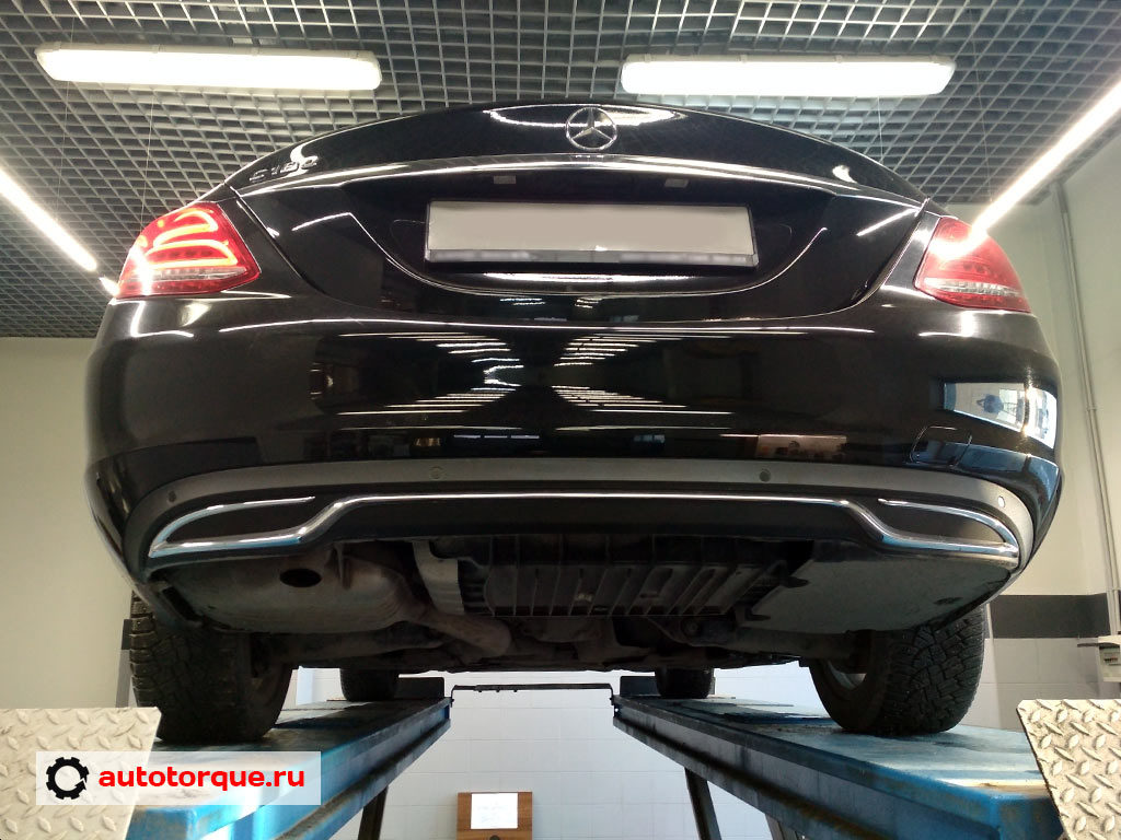 Mercedes-Benz-C-klasse-W205-сзади-на-подъемнике