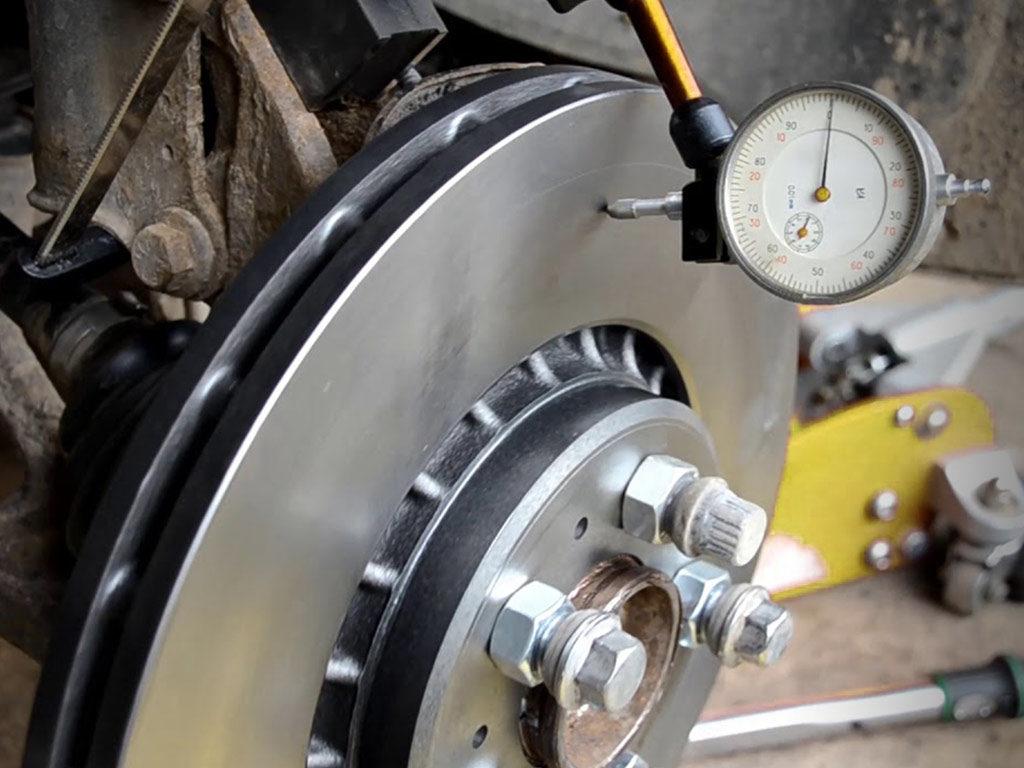 измерение деформации тормозного диска